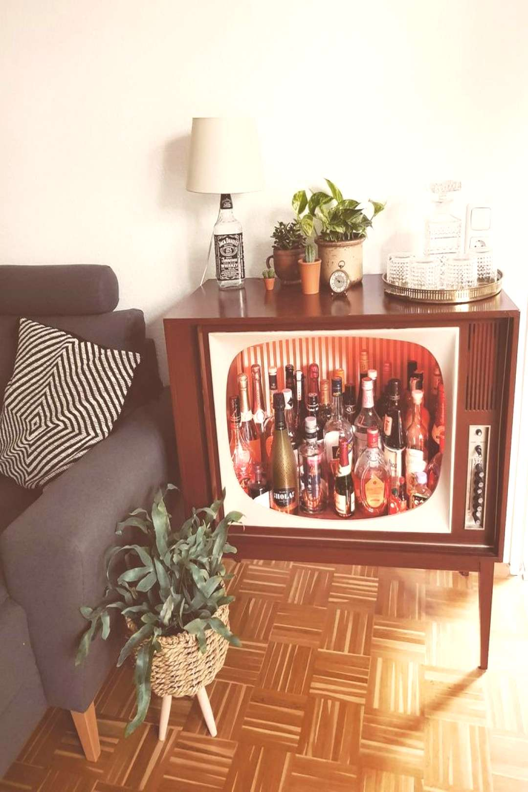 DIY in a class of its own – such a cool retro bar we have rarely seen and are DIY in a class of i