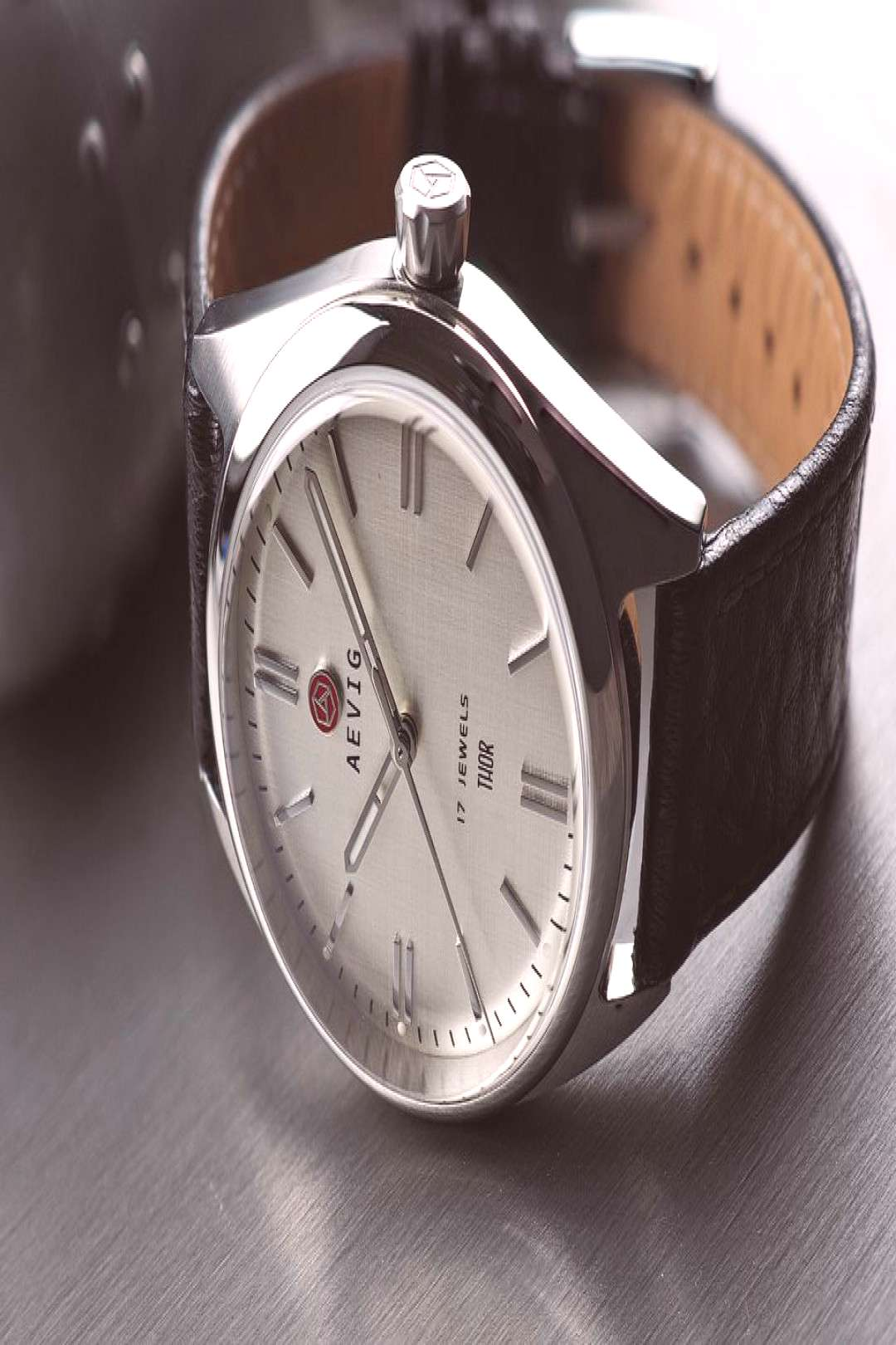 Linen dial Maximum vintage vibes with a linen dial. Manualwind dresswatch in modern 40mm size.