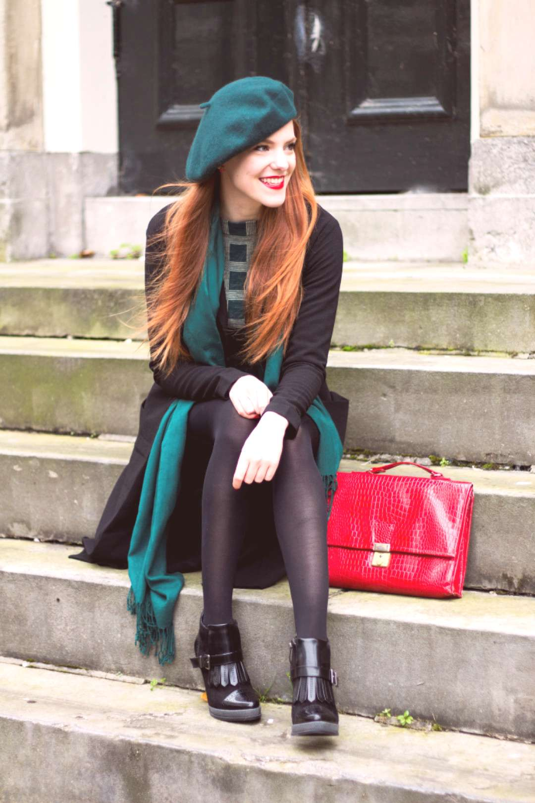 Retro Green Outfit Fashion Blogger with a Beret and Vintage Sweater - Retro Green Outfit Fashion Bl